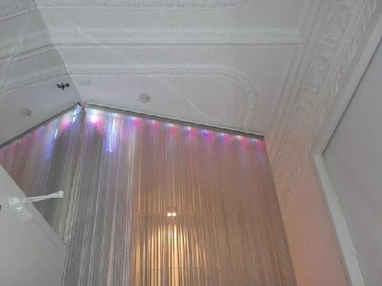chic&basic Born Hotel: soffitto della camera