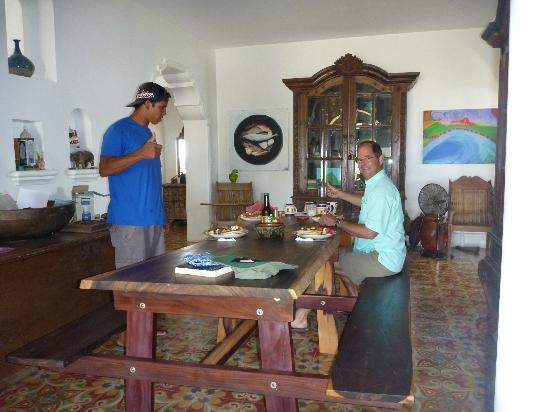 Two Brothers Surf Resort: breakfast in the main house