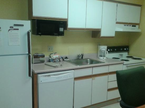 Hawthorn Suites by Wyndham Green Bay : Kitchen