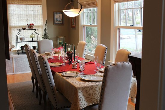 Avalyn Garden Bed and Breakfast: Dining Room