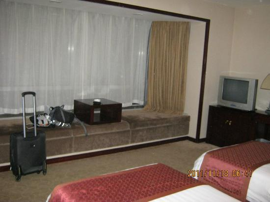โรงแรมเรนโบว์: the second room I stayed in, the larger of the two rooms. Plenty of room.