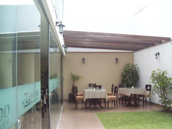 El Tambo: el hotel cuenta con un comedor  en el interior y tambien con mesas al aire libre