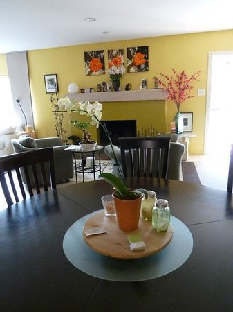 ZenYard Uptown Inn : A view of flowers & the fireplace from the breakfast table