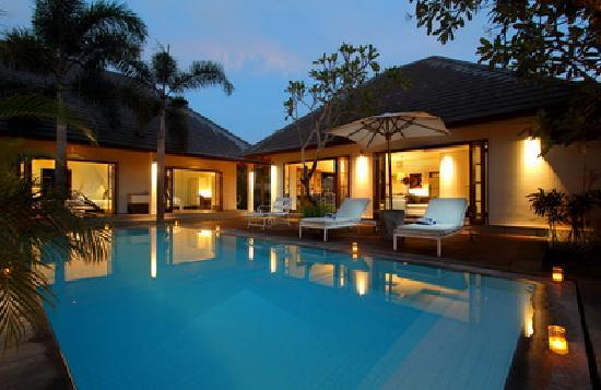 Nunia Boutique Villas: pool view at night