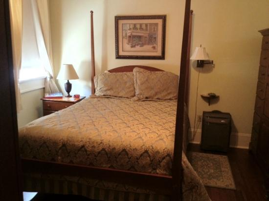 Elysian Fields Inn: Our room: Bed was more nicely made when we came in - tried to fix it for the picture