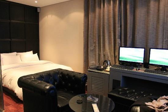 Hotel Amare: Bed and PCs, Room 702