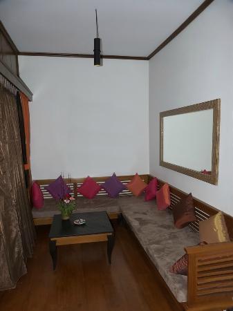 Aureum Palace Resort & Spa Inle : Pequeña sala dentro de la habitación