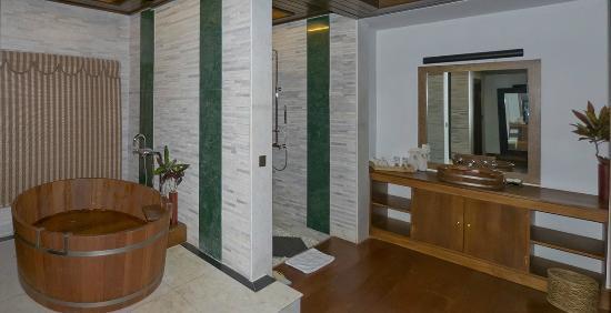 Aureum Palace Resort & Spa Inle : Zona de bañera, ducha y lavamanos