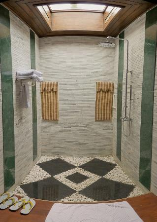 Aureum Palace Resort & Spa Inle : Zona de ducha
