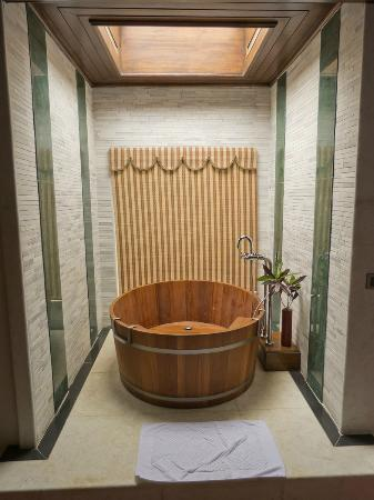 Aureum Palace Resort & Spa Inle : Bañera de madera
