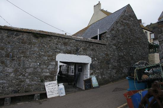 The Old Cellars Restaurant: Entrance to the courtyard