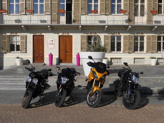 Monta, Italien: Facciata dell'Hotel e le nostre moto!