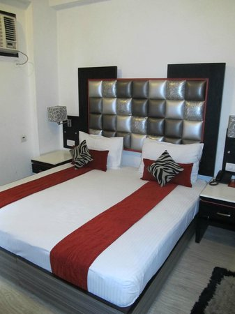 FabHotel Suncourt Karol Bagh: our double room