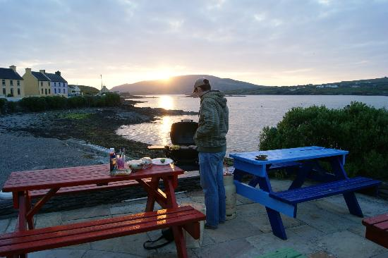 Portmagee Heights: BBQ area beside the harbour in the village