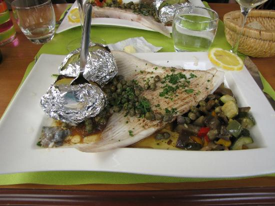 La Roche-Bernard, France: The skate fish was very fresh and well prepared.