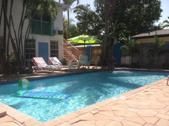 Las Olas Guesthouse @15th Avenue: Front rooms facing pool area, freshly painted