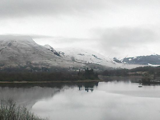 Loch Awe Hotel: View over Loch Awe right after it snowed, before sun came out