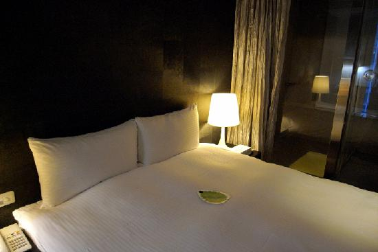 Vendome Hotel Taipei: the queen size bed, kinda small tho.