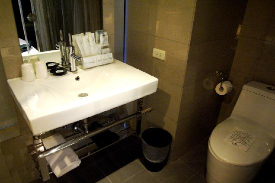 Vendome Hotel Taipei: toilet with a glass door