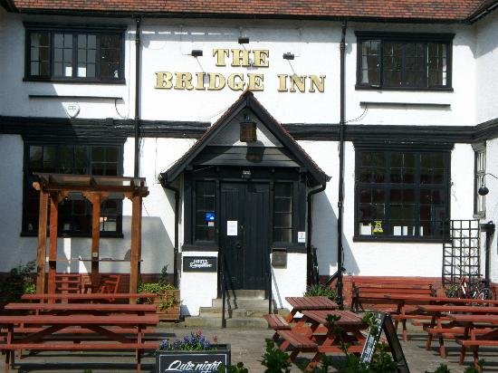 Bridge Inn: Hotel from the front closer
