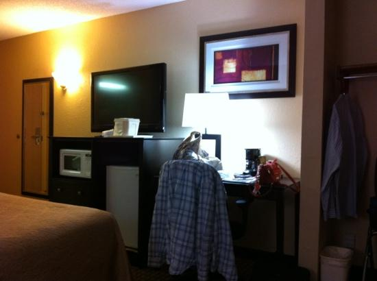 Quality Inn Jackson: furnishings include flat-screen TV, frig and microwave