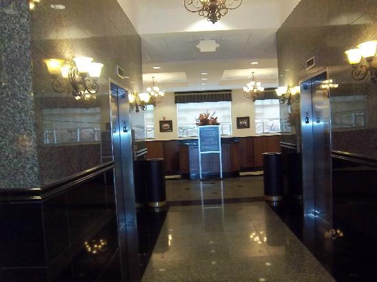 Drury Inn & Suites Charlotte Northlake : Foyer, granite and stainless steel, very clean