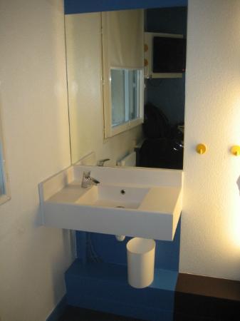 HotelF1 Paris Porte de Montreuil: El lavamanos dentro de la habitación
