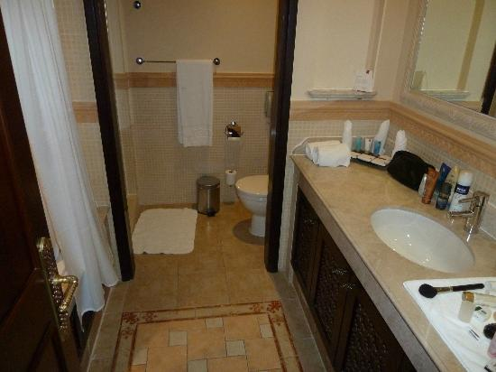 Arjaan by Rotana: Bathroom with bath and separate shower