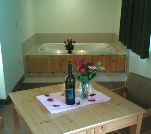 Baymont Inn & Suites Baxter/Brainerd Area: Wine, Roses, and jacuzzi