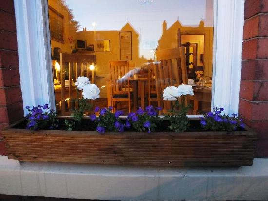 Chester Brooklands Bed and Breakfast: Flower Box on Dining Room Window