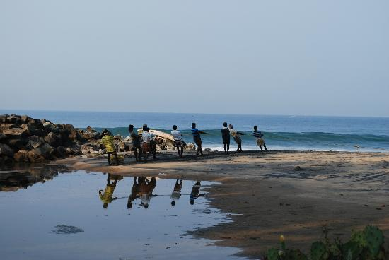 Maadathil Cottages: Strand mit Fischern