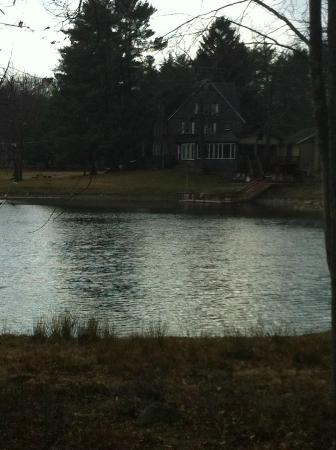 The Black Walnut Inn and Stables: Main inn from across lake