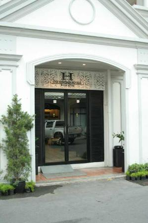 The Heritage Baan Silom Hotel : In front