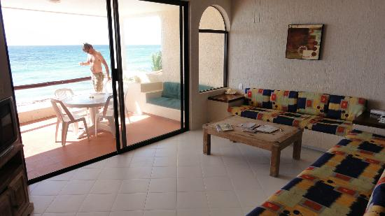 Villas DeRosa Beach Resort: livingroom and patio
