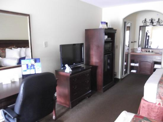 Best Western Rose Garden Inn: Desk, Dresser, TV, Fridge, Closet & Vanity Area