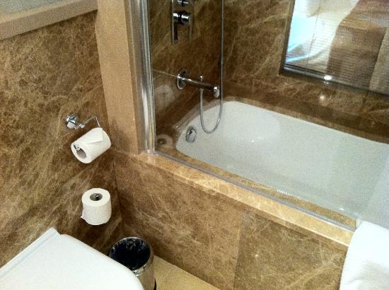Ramada Istanbul Asia: bathroom