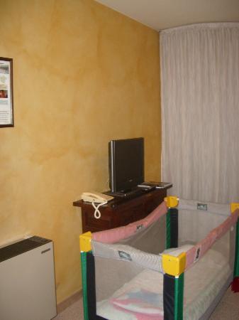 Hotel La Perla: Salón con tele y aire acondicionado