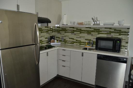 Element Arundel Mills: Kitchen area in the 1-bedroom suite