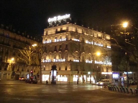 Hotel d'Argenson: vista nocturna de la fachada del hotel