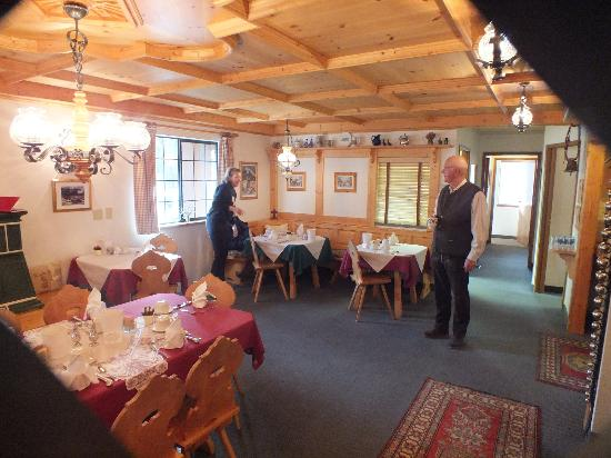 ‪‪Hotel Pension Anna‬: Our host Gary and the dining room‬