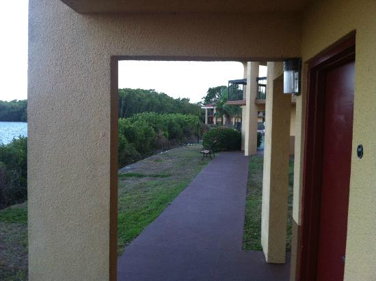 Red Roof Inn Fort Myers: Stepped out my door, turned right, and click.