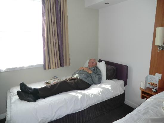 Premier Inn Glasgow (Paisley) Hotel: Dad relaxing after our long journey
