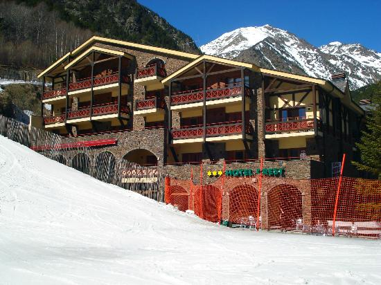 Hotel Crest: Hotel exterior from the chair lift station