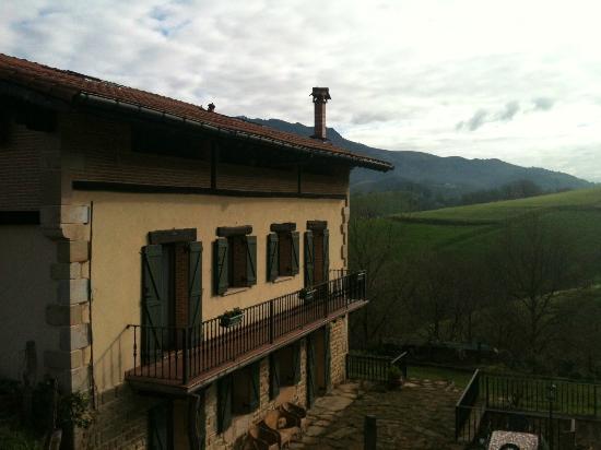 Apt. Rural Ator Etxea : Vista lateral de la casa