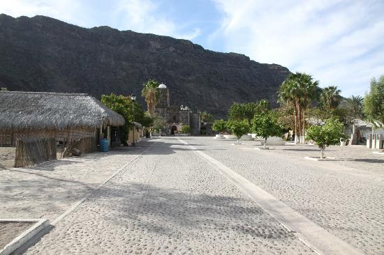 Posada del Cortes Hotel: The main street in San Javier...the Mission is at the end
