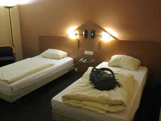 Arcadia Hotel Heidelberg: 部屋のベッドです