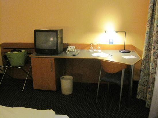 Arcadia Hotel Heidelberg: 部屋のデスクです
