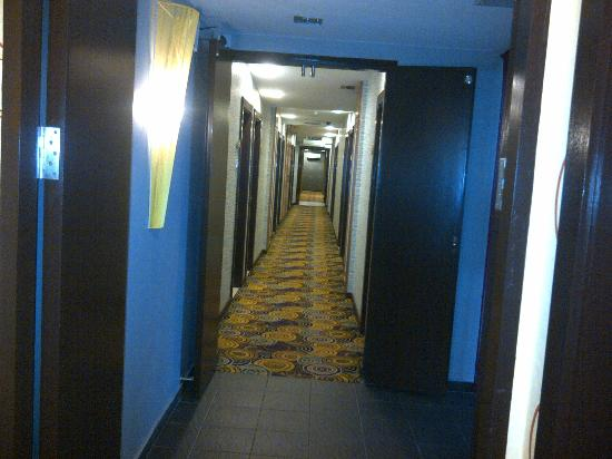 2 Inn 1 Boutique Hotel & Spa: Corridor