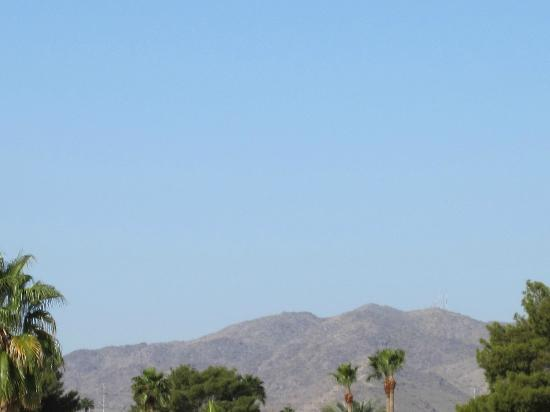 Embassy Suites by Hilton Hotel Phoenix - Tempe: View of the Mountains from the hotel