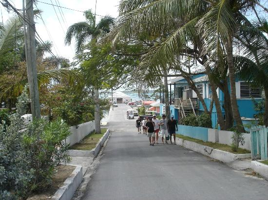Pink Sands Beach: the street leading away from the boat dock